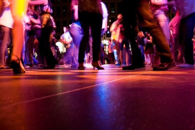 フロアでダンスを踊る