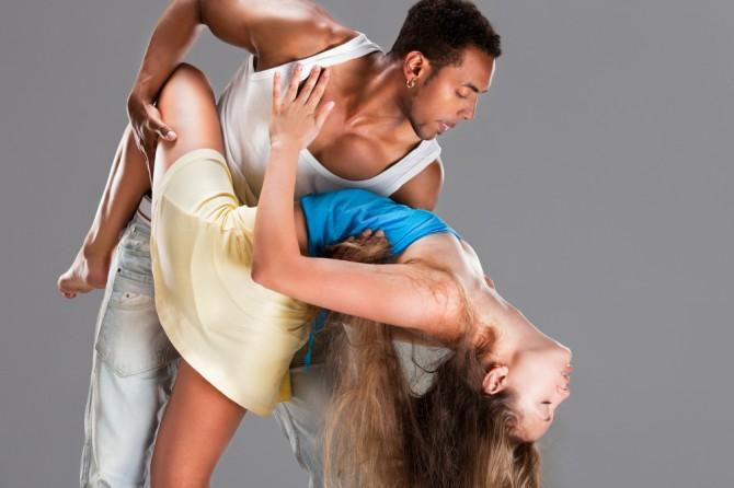 セクシーにサルサを踊る男女