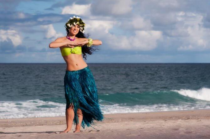 海辺でフラを踊る女性