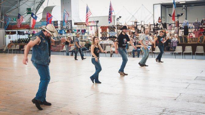 ラインダンスを踊るアメリカ男女