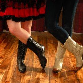 ラインダンスを踊る2名の女性の脚元