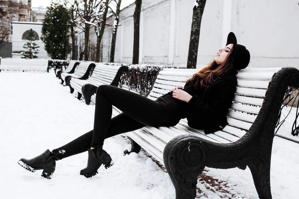 ベンチでうんざりしている女性