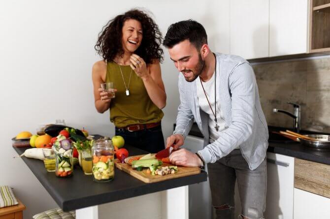 野菜キッチンを楽しむ男女