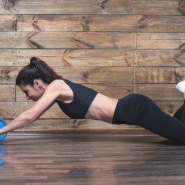 腹筋ローラーを行う女性