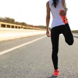 マラソン前に準備体操を行う女性