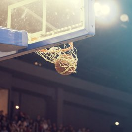 バスケットボールがゴールに入る瞬間
