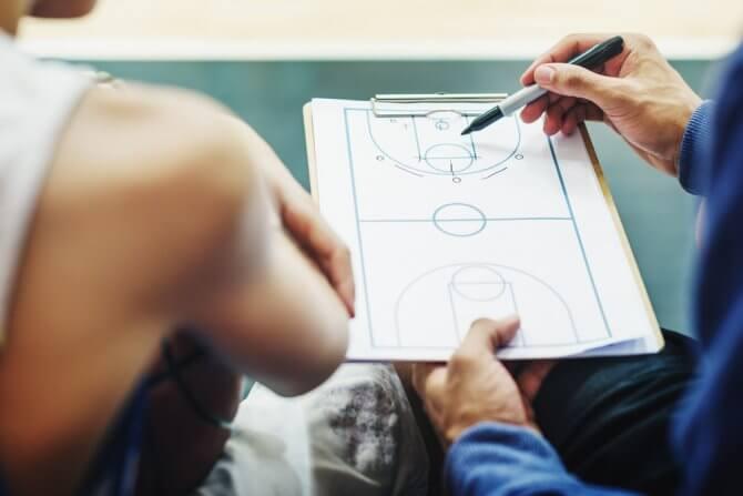 バスケを教えるコーチ