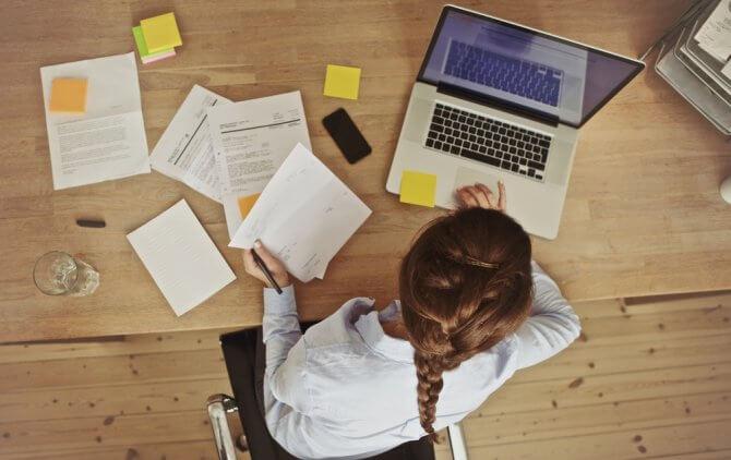 書類を机に広げる女性