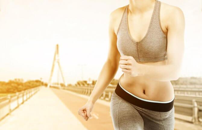急ぎで運動をしている女性