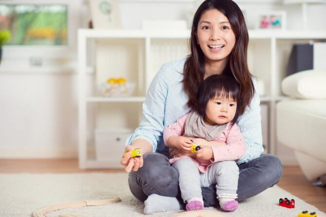 小さな子どもを抱える女性