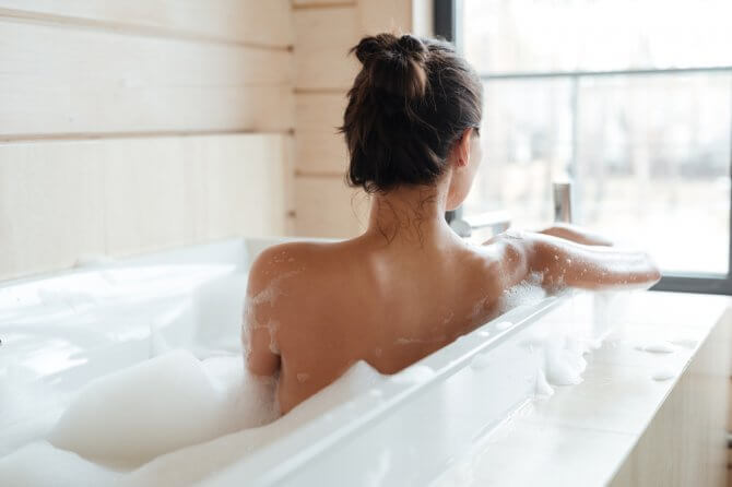 風呂に入っている後ろ向きの女性