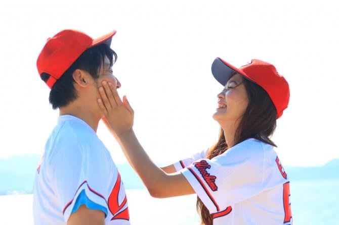 野球のユニフォームを着たカップル