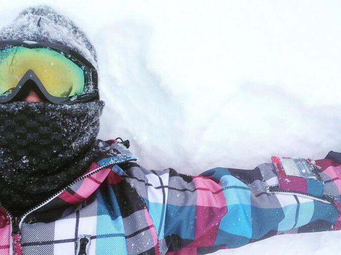 雪の上で寝そべる人