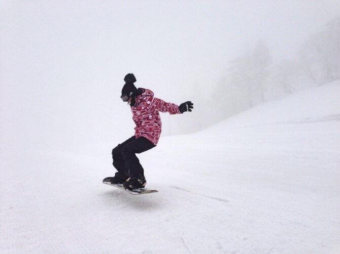 スノーボードで雪山を滑る