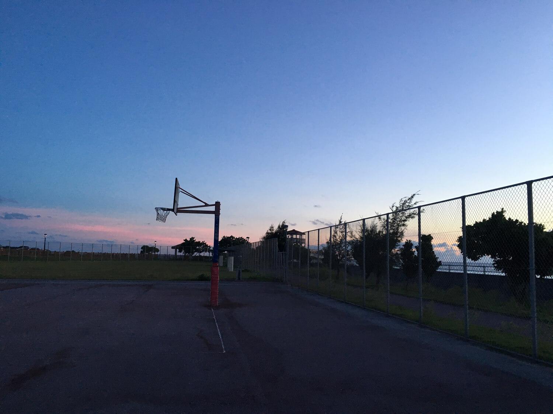 夕暮れ時のバスケットゴール