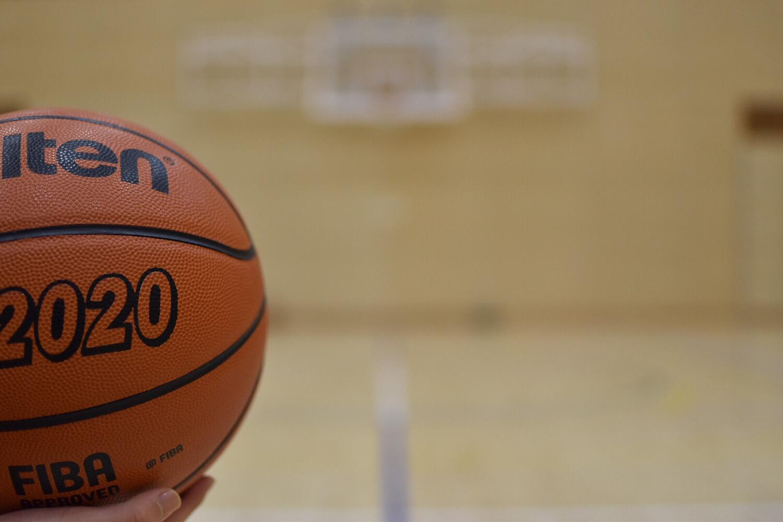 体育館に置かれたバスケットボール