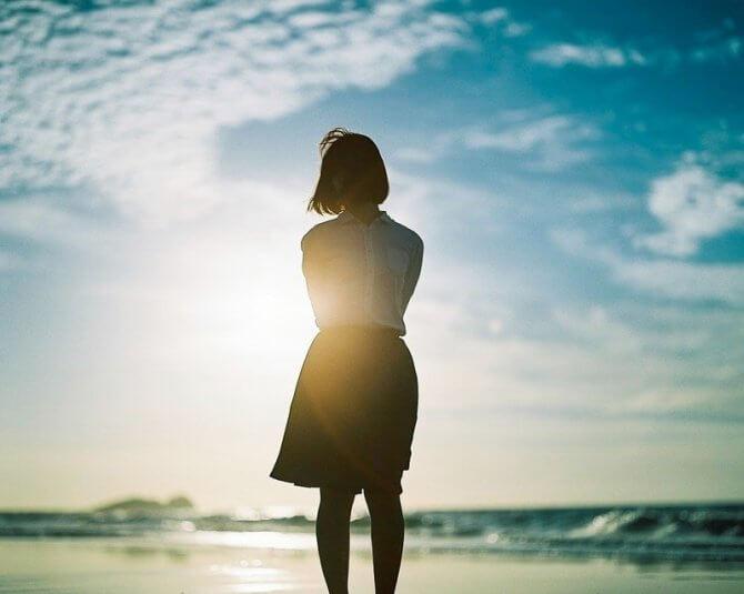 空を見上げる女性のシルエット