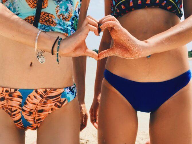 スタイルの良い水着の女性2人のハート