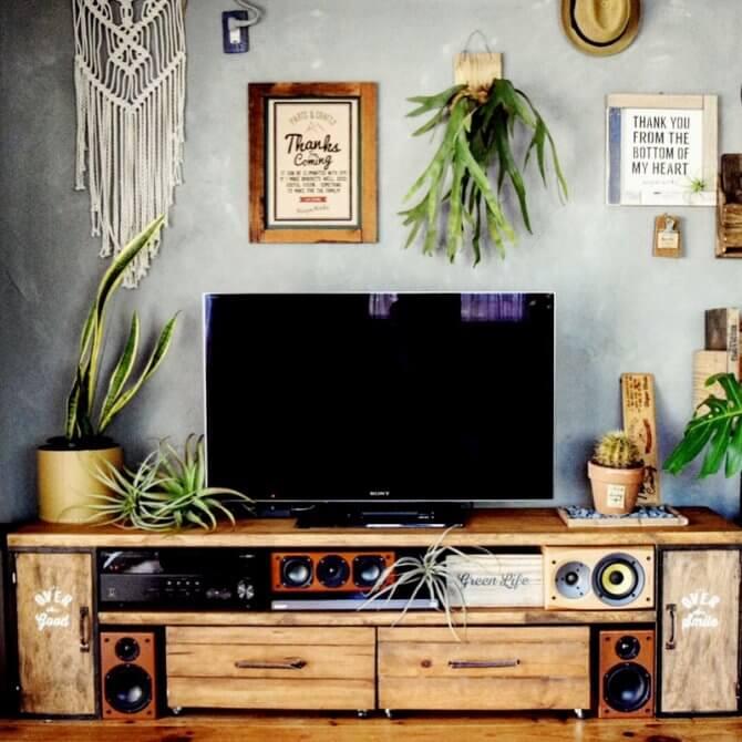 ウッディーな部屋とテレビ