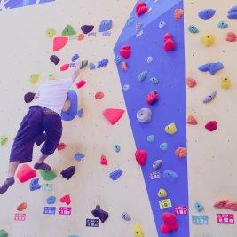 ボルダリングの石を登る人