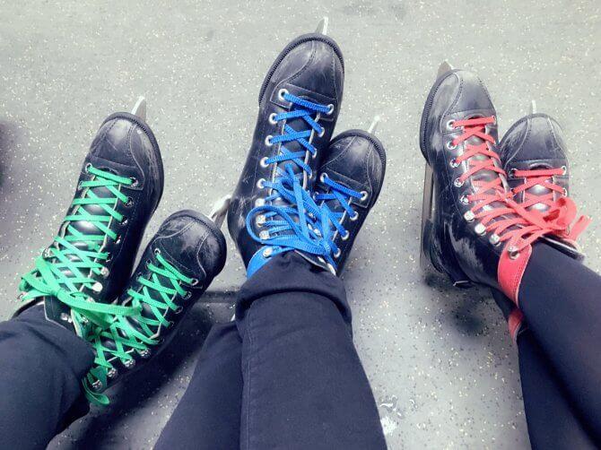 3人のカラフルなスケート靴