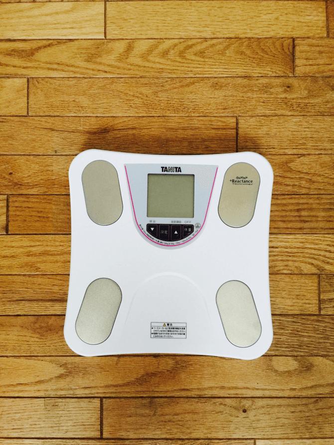 床に置かれた体重計