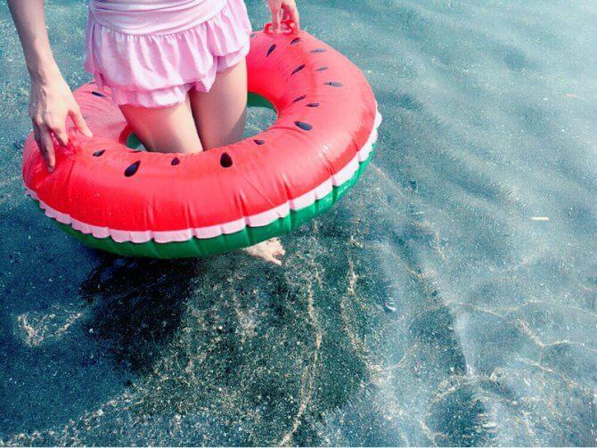 スイカの浮き輪ときれいな海