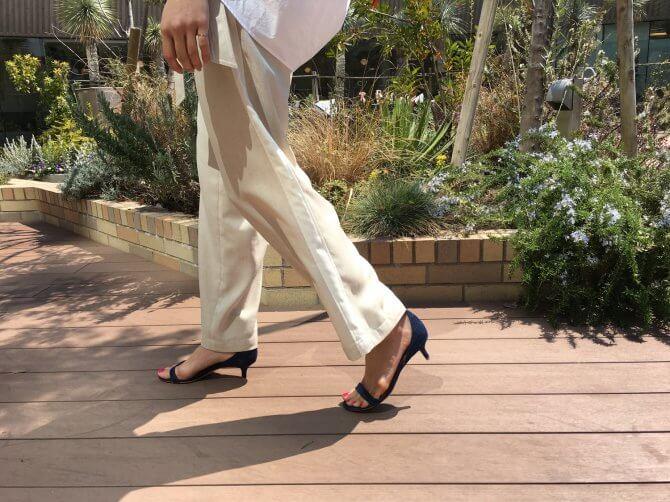 チノパンを履くきれいな足の女性
