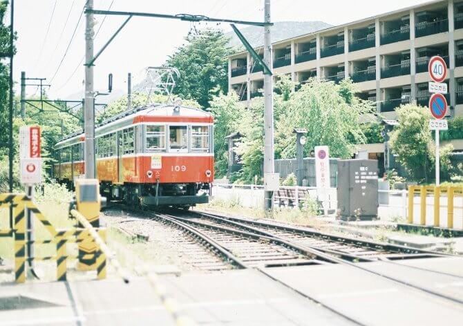 赤い電車と風景