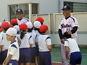 熊田氏と度会氏が赤坂小学校で投...
