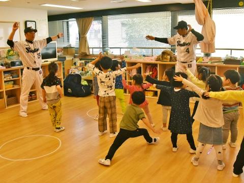 度会氏と河端氏が小学館アカデミー南青山保育園で投げ方・打ち方指導!