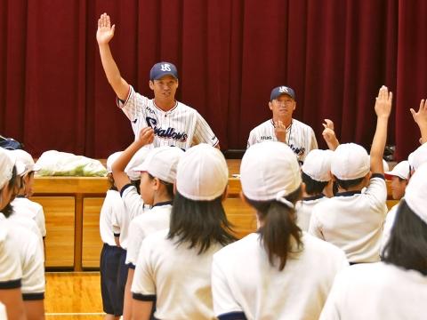 河端氏と徳山氏が足立区千寿桜小学校で投げ方指導!