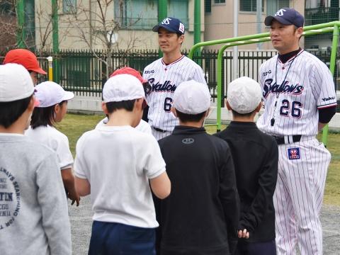 河端氏と三輪氏が江東区立扇橋小学校で打ち方指導!