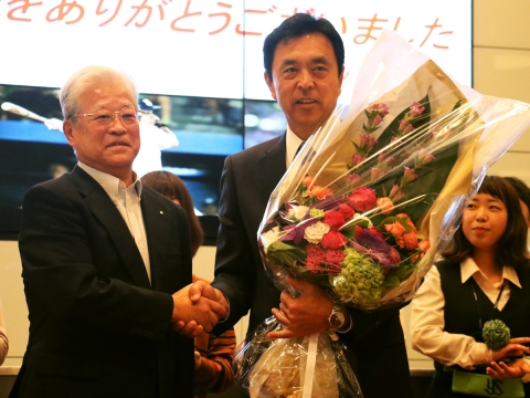 小川監督が根岸オーナーへシーズン終了を報告