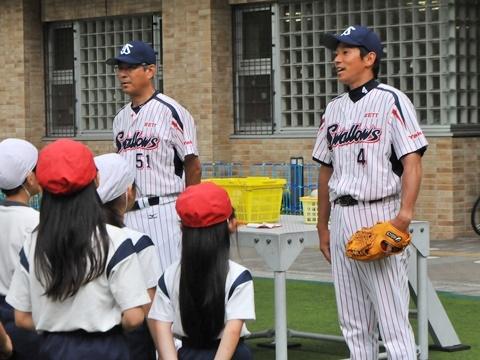 熊田氏と度会氏が四谷小学校で投...