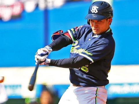 吉田選手がタイムリー二塁打を放ち先制
