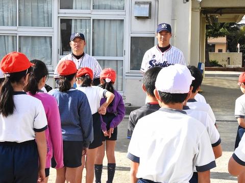 河端氏と徳山氏が狛江市立狛江第六小学校で投げ方指導!