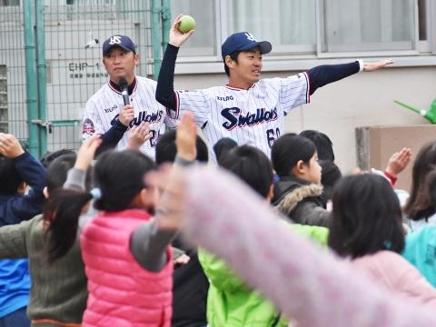 河端氏と三輪氏が中野区白桜小学校で投げ方指導!
