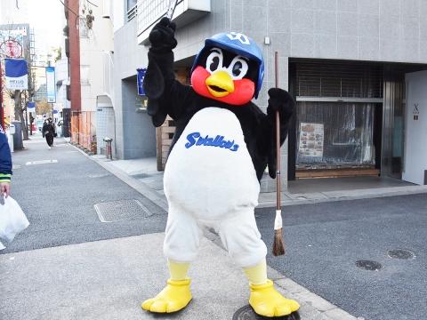 つば九郎が外苑前駅付近での清掃活動に登場!