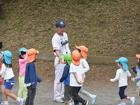 河端氏と徳山氏が太陽の子南青山保育園の園児たちへ投げ方指導!