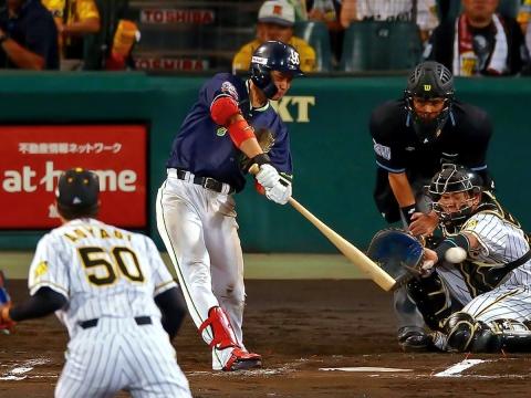奥村選手が一時勝ち越しとなるタイムリー二塁打