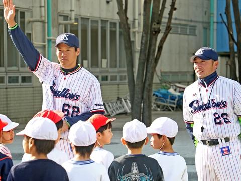 河端氏と徳山氏が世田谷区立八幡山小学校で投げ方指導!