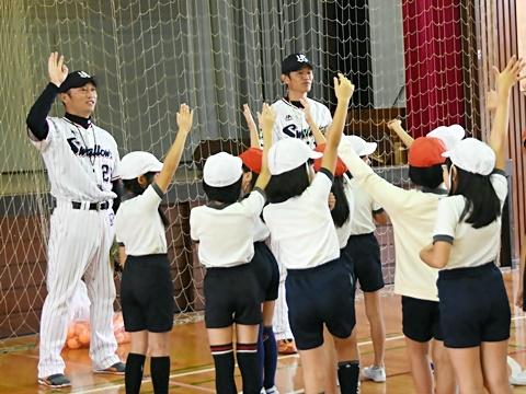 山部氏と河端氏が狛江市立狛江第六小学校で投げ方指導!