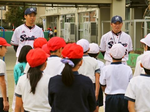 河端氏と徳山氏が狛江市立狛江第六小学校で打ち方指導!