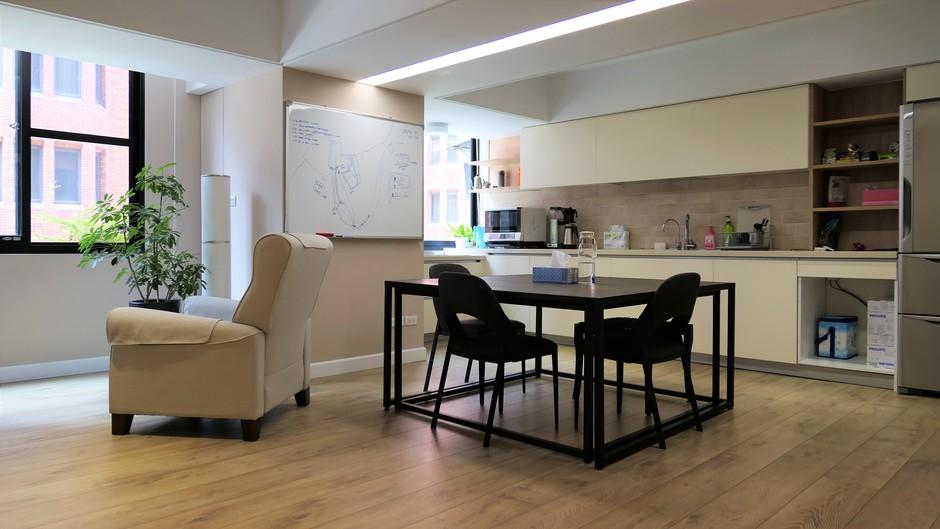 寬敞的休息區跟廚房,絕對比只放一些玩具枕頭優雅實用。
