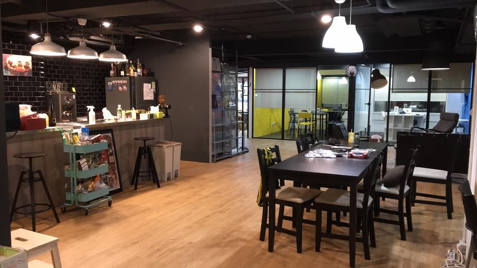 吧台、吊燈與冰櫃,新創公司三元素