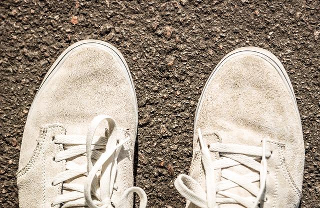 スエードの靴の汚れの正しい洗い方とは?普段のお手入れ方法も解説|RELIVERS