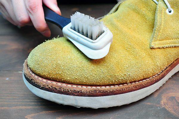 靴 を丸洗いする前にブラッシングをしておきましょう。このときのブラッシングはホコリを落とすために行います。ですから、毛並みに逆らってブラシを動かしましょう。