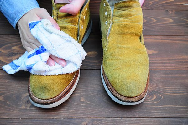 ブラッシングをしたら、靴を濡らします。スエードを濡らすときは、水にジャボンではいけません。濡らした布を押し付けるようにして、スエードを濡らしていきます。