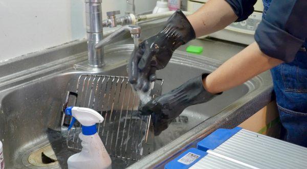 プロのキッチンクリーニングの業者さんが魚焼きグリルの網と受け皿をお掃除する様子